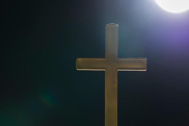 Święty krzyż na zewnątrz w pełni księżyca
