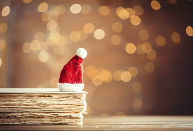 Święty mikołaj boże narodzenie kapelusz i stare książki