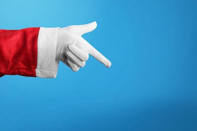 Święty mikołaj coś wskazując ręką