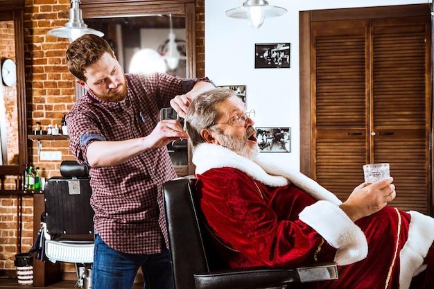 Święty mikołaj goli swojego osobistego fryzjera