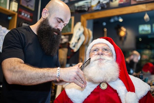 Święty mikołaj goli w zakładzie fryzjerskim