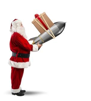 Święty mikołaj gotowy do wystrzelenia rakiety z świątecznym pudełkiem na niebie