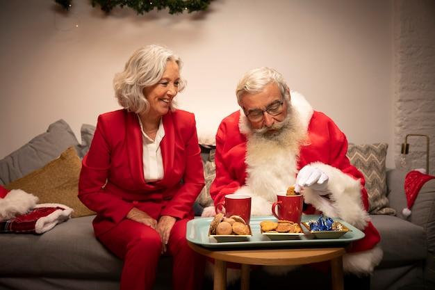Święty mikołaj i kobieta świętuje boże narodzenie
