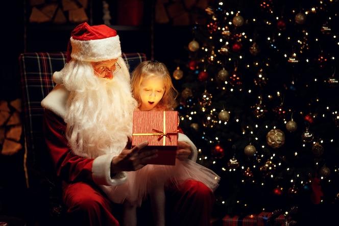 Święty mikołaj i mała dziewczynka w boże narodzenie