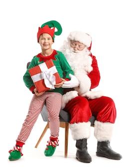 Święty mikołaj i mały elf dzieciak z prezentem