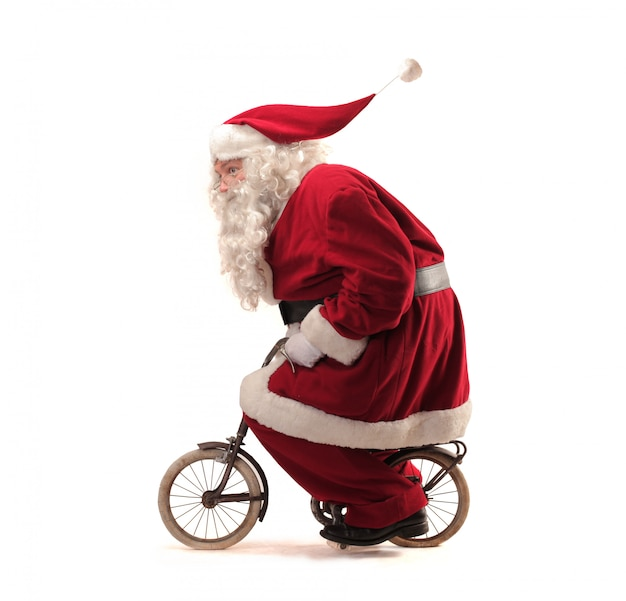Święty mikołaj jedzie na małym rowerze