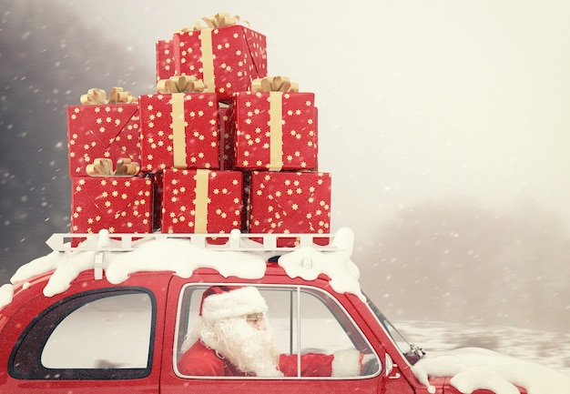 Święty mikołaj jeździ czerwonym samochodem pełnym świątecznych prezentów