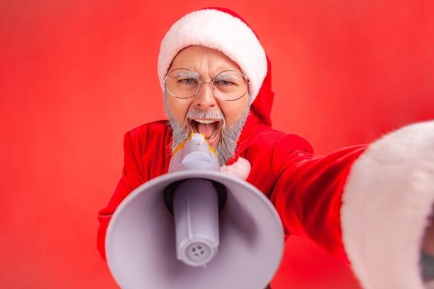 Święty mikołaj krzyczy do megafonu, protestuje podczas transmisji na żywo, chce być wysłuchany pov.
