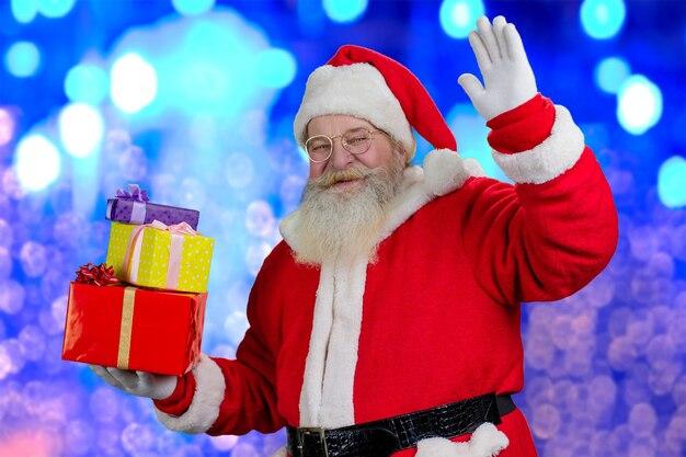 Święty mikołaj na świątecznym połyskującym tle.