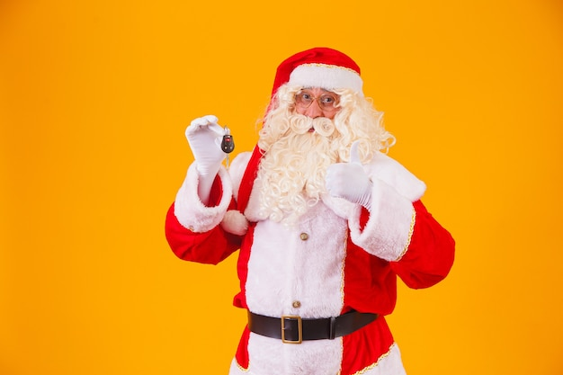 Święty mikołaj nosi kluczyki do samochodu w specjalnej promocji na koniec roku
