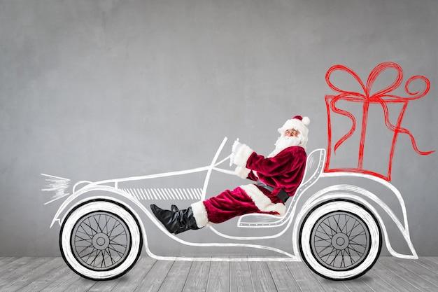 Święty mikołaj podróżuje samochodem. boże narodzenie boże narodzenie koncepcja wakacje