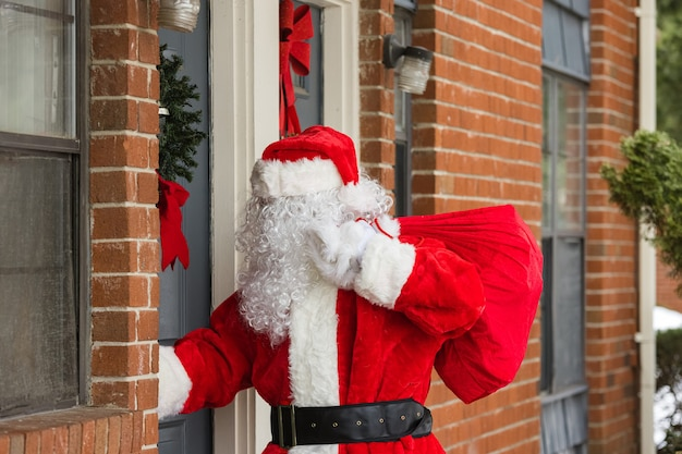 Święty mikołaj przybywa do domu ze świątecznymi prezentami