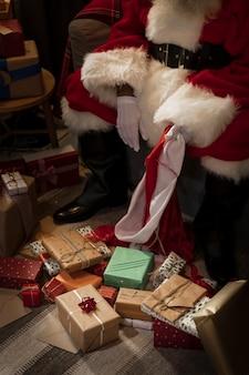 Święty mikołaj przygotowuje swoją torbę prezentów