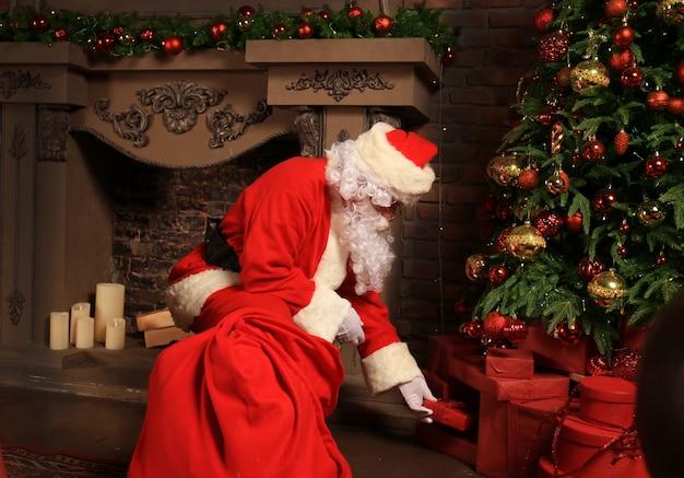 Święty mikołaj przyniesie worek z prezentami na boże narodzenie.