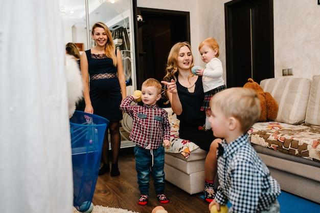 Święty mikołaj przyniósł dzieciom prezenty. radosne dzieciaki bawiące się prezentami. koncepcja nowego roku. wesołych świąt. wakacje, święta rodzina, dzieciństwo i koncepcja ludzi.