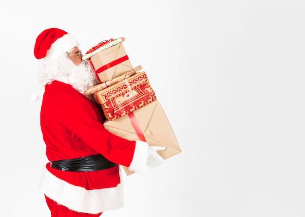 Święty mikołaj przynosi prezenty świąteczne