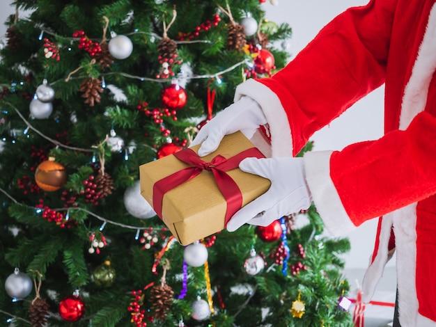 Święty mikołaj przyszedł rozdawać prezenty dla dzieci w boże narodzenie
