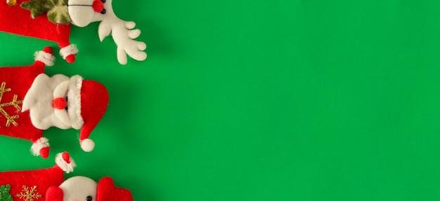 Święty mikołaj, renifer i bałwan. dekoracja świąteczna. skopiuj miejsce. selektywne skupienie.