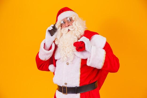 Święty mikołaj rozmawia przez telefon