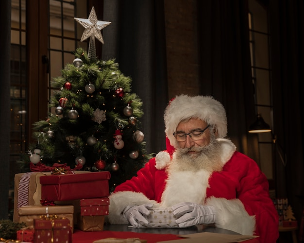 Święty mikołaj ustanawia prezenty świąteczne