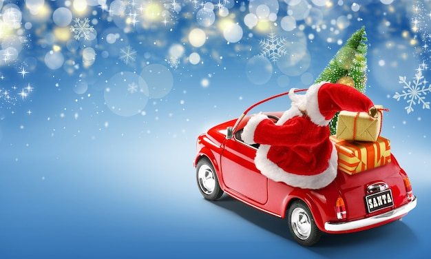 Święty mikołaj w czerwonym samochodzie dostarczającym pudełka i choinkę na niebieskim tle z lampkami bokeh