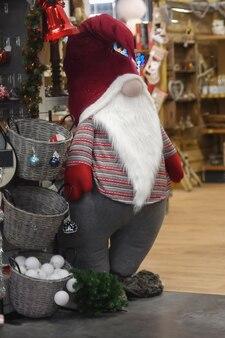 Święty mikołaj w sklepie z dekoracjami