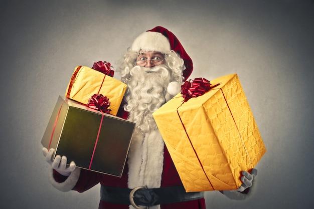 Święty mikołaj z dużą ilością prezentów
