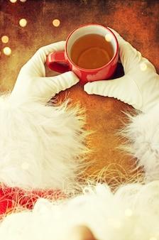Święty mikołaj z gorącą herbatą