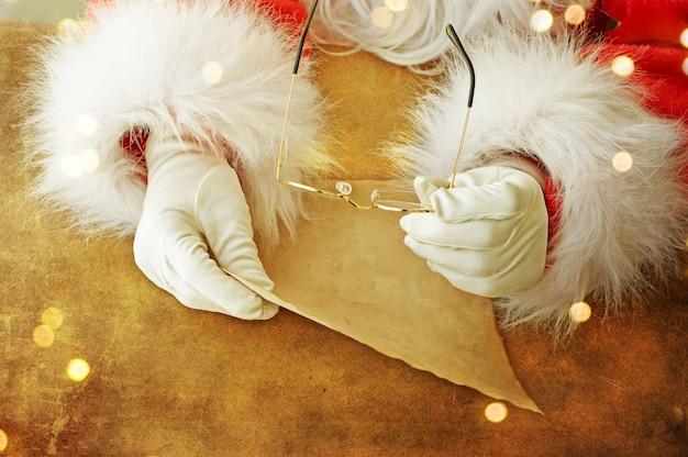 Święty mikołaj z listem bożonarodzeniowym lub listą życzeń