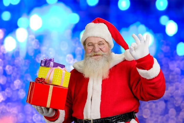Święty mikołaj z prezentami bożonarodzeniowymi.