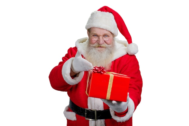 Święty mikołaj z prezentem, białe tło.