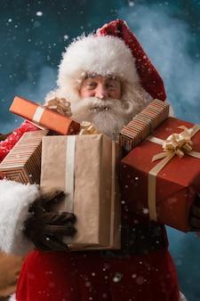 Święty mikołaj z workiem prezentów