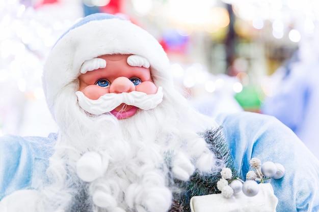 Święty mikołaj zabawka. przygotowanie do nowego roku. świąteczne zabawki i prezenty