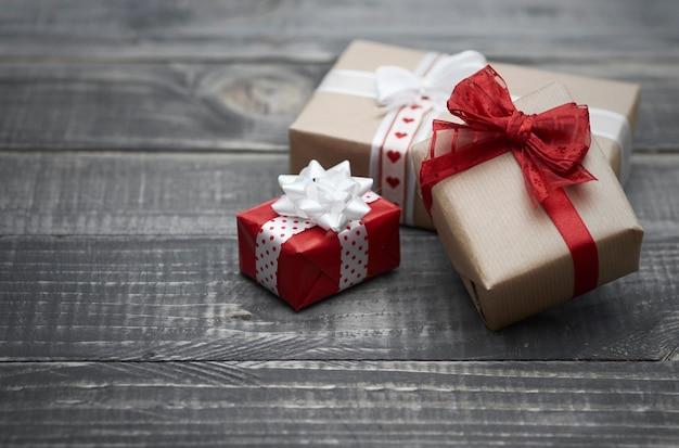 Święty mikołaj zostawia prezenty świąteczne