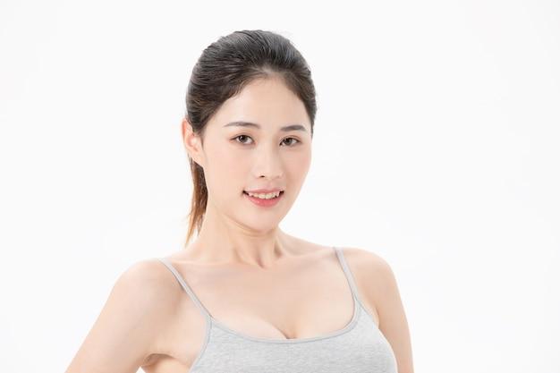 Świeża aura ćwiczącej młodej kobiety