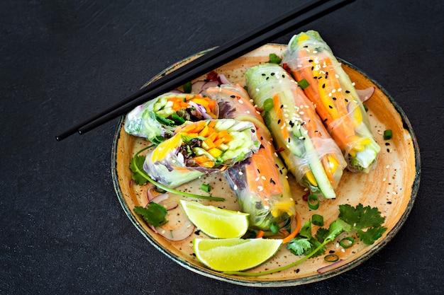 Świeża azjatycka przekąska sajgonki (nem) wykonane z papieru ryżowego i surowych warzyw. wietnamskie jedzenie