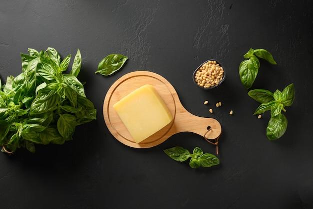 Świeża bazylia, cedr, oliwa z oliwek i parmezan oraz składniki na domowe pesto