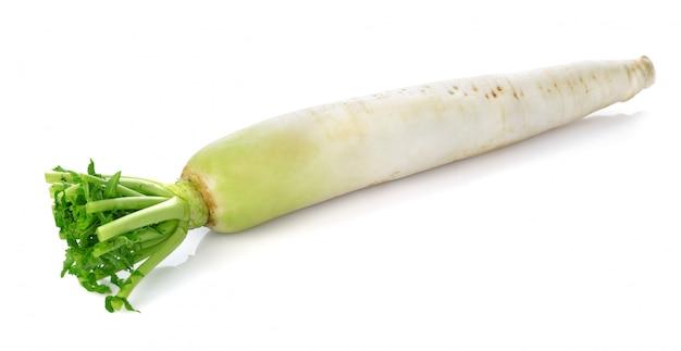 Świeża biała rzodkiew odizolowywająca na białym tle