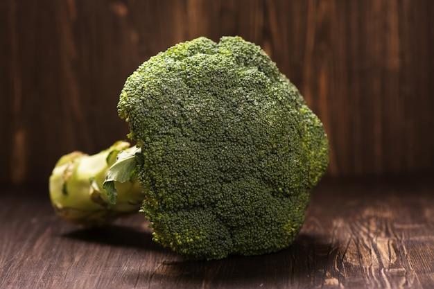 Świeża cała surowa kapusta brokułowa