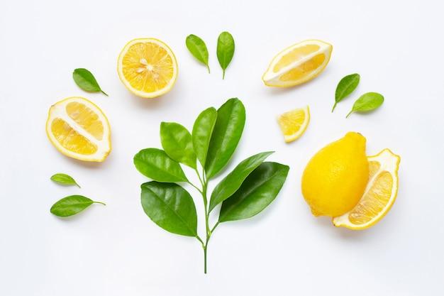Świeża cytryna z liśćmi odizolowywającymi na bielu