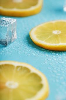 Świeża cytryna z lodem i krople na niebiesko