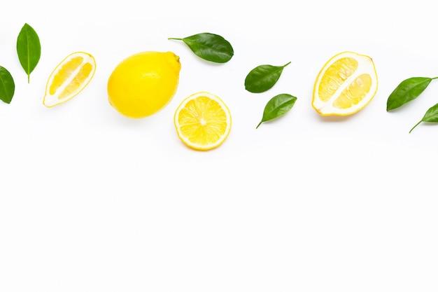 Świeża cytryna z zielonymi liśćmi na bielu.