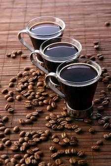 Świeża czarna i smaczna filiżanka kawy