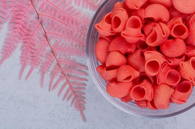Świeża czerwona niegotowana na szklanej płytce na białej powierzchni
