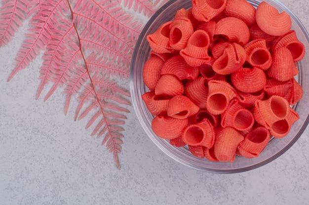Świeża czerwona niegotowana na szklanej płytce na białej przestrzeni.