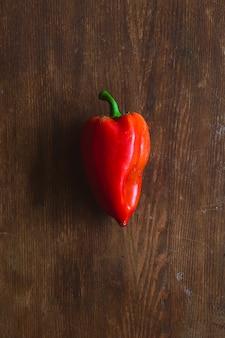 Świeża czerwona papryka na drewnie