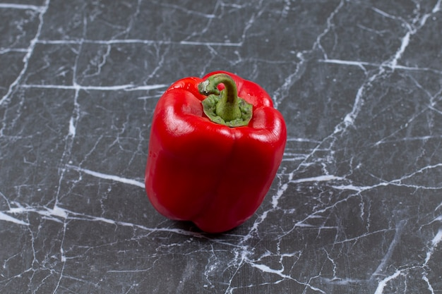 Świeża czerwona papryka na marmurze.