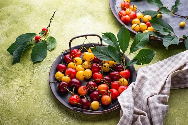 Świeża dojrzała czerwona i żółta wiśnia