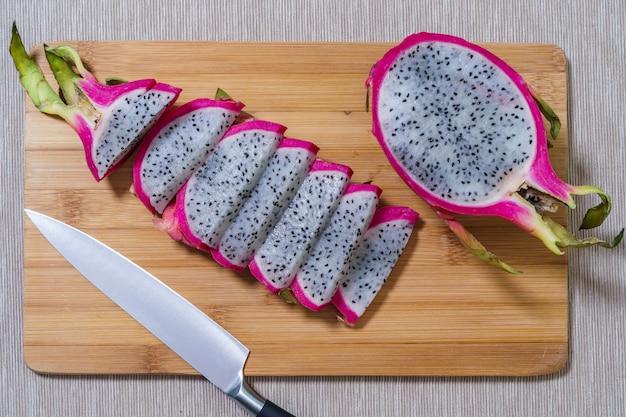 Świeża dojrzała owoc pitaya lub dragon