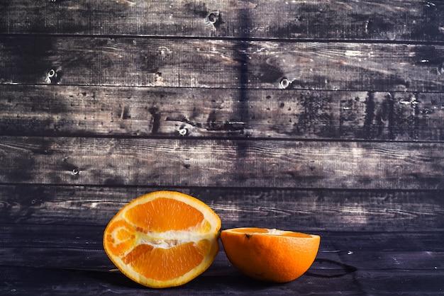 Świeża dojrzała pomarańcza w kontekście na ciemnym drewnie
